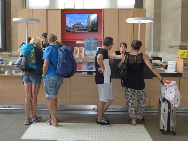 Besucher in der Tourist Information Hauptbahnhof