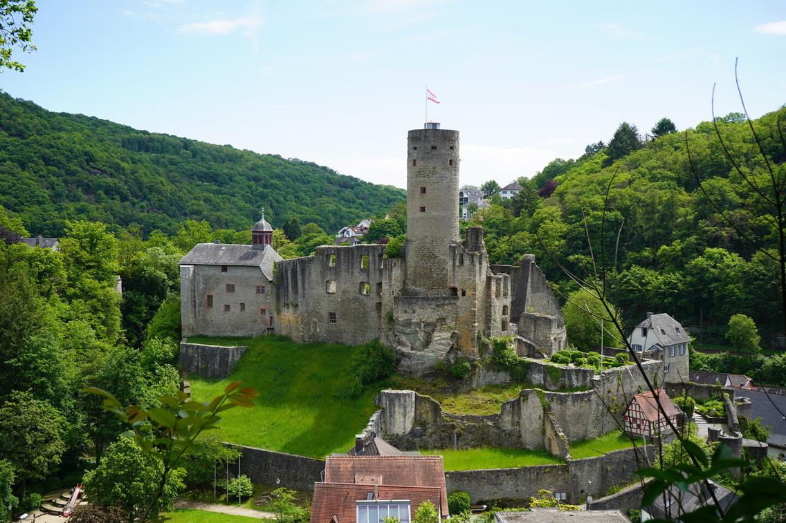 Taunus - Sicht auf Burg Eppstein vom Schinderhannes Steig