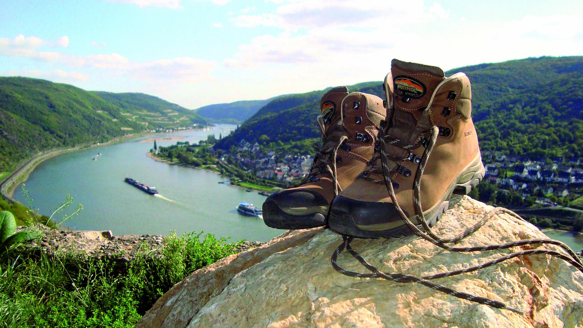 Wanderschuhe mit Rheinblick