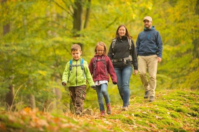 Familie mit zwei Kindern wandert