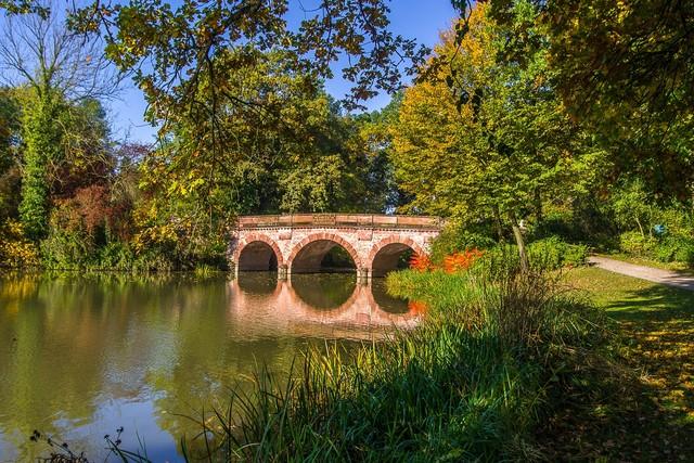 Aschaffenburg - Sicht auf die Rote Brücke im Park Schönbusch