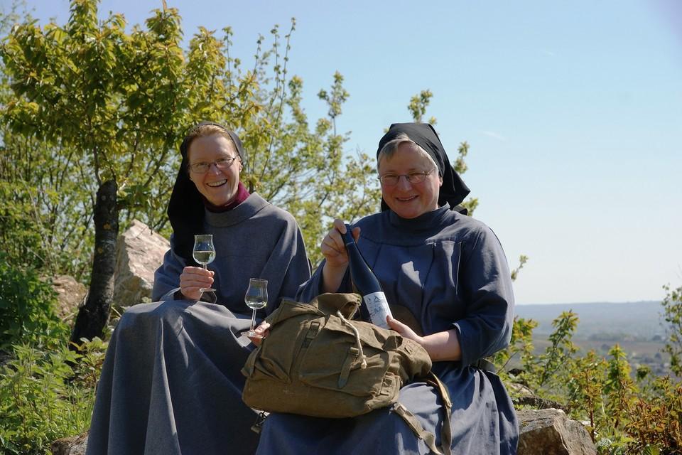 Rheingauer Benediktinnerinnen genießen Riesling